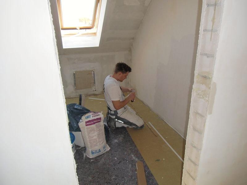 Schlafzimmergestaltung - Unser Martin bei der Arbeit. Boden und Wandflächen im künftigen Ankleidezimmer werden überarbeitet