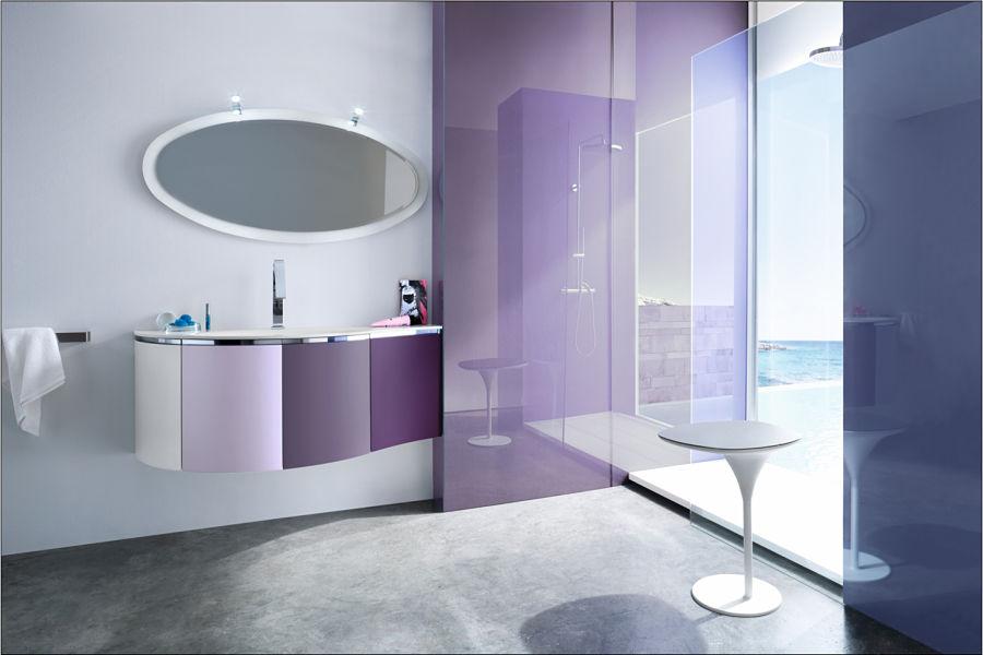 Ein modernes Bad mit versiegeltem Fußboden und lackierten Wänden