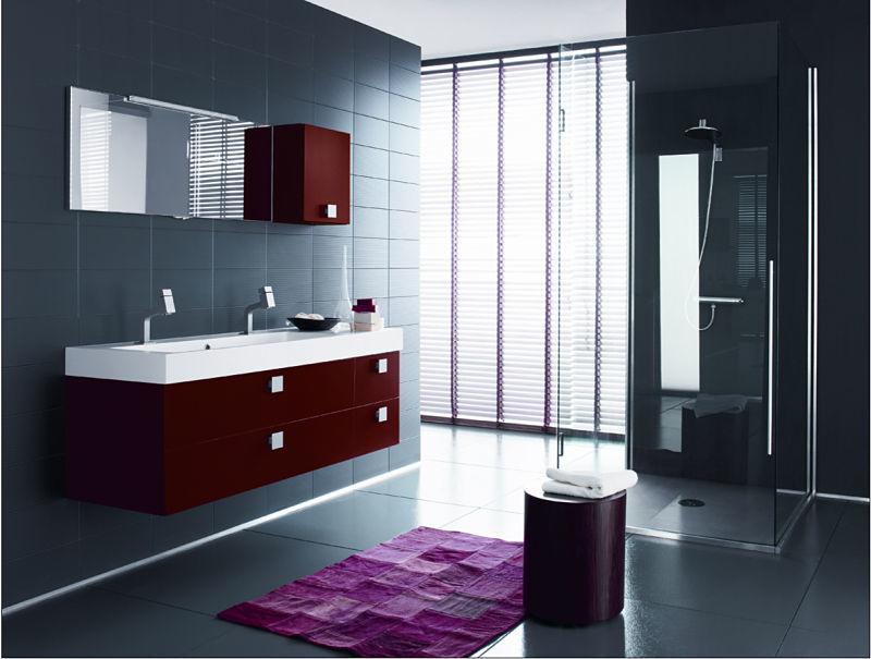 Badsanierung mit Fliesen und einem farbigen Waschtisch