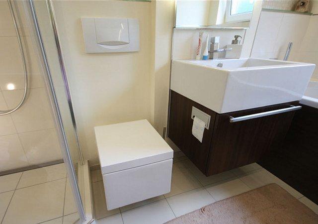 Design-Bad: Hier sehen Sie den Waschbeckenunterschrank mit eingebautem Papierrollenhalter.