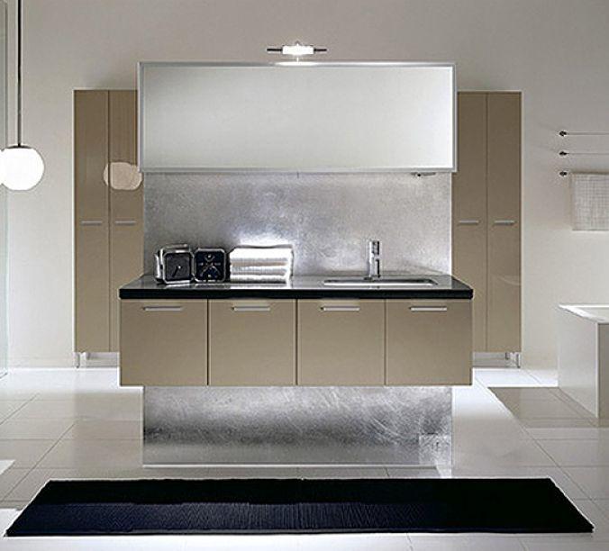 Designbad- In der Mitte ist ein Raumteiler angeordnet. Perfekt gelungen und sehr hochwertig ist hier die Wandbeschichtung des Raumteilers in Silber.