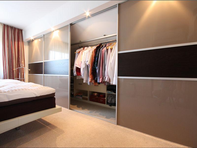 Einbauschrank Dachschräge - Sehr schön zu erkennen ist hier die Nutzung von verschiebbaren Kleiderstangen.