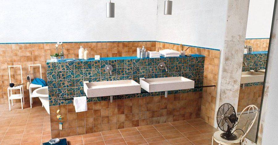 Ein im mediterranen Stil gestaltetes Komplettbad