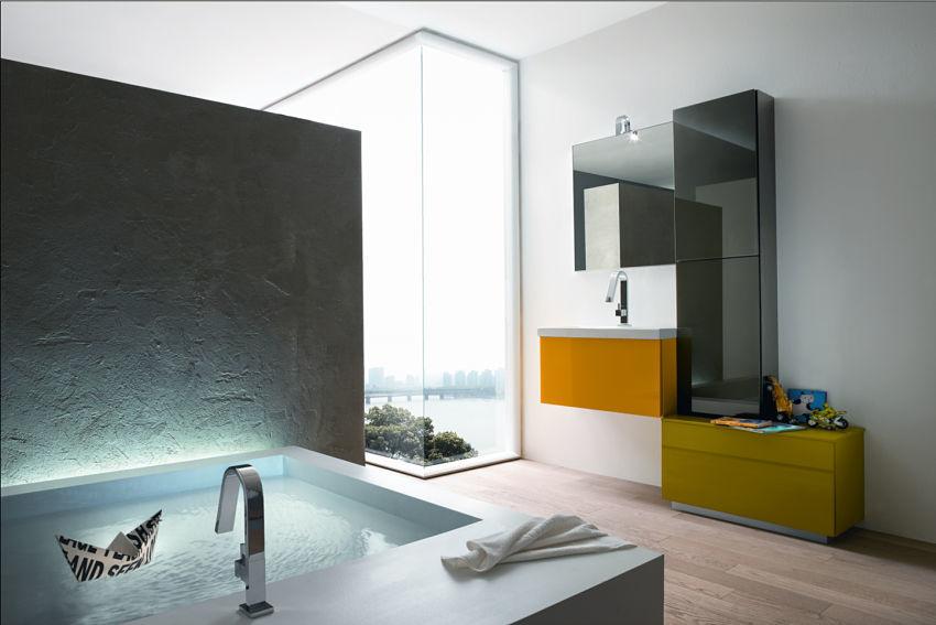 Modernes Luxusbad mit orangem Farbtupfer