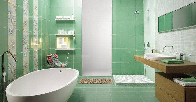 Ein Bad mit freistehender Badewanne und mit Holzmöbeln