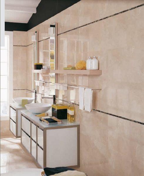 Ein Bad mit Hochglanzfliesen und Designerwaschtischen in einer Hochglanzoberfläche