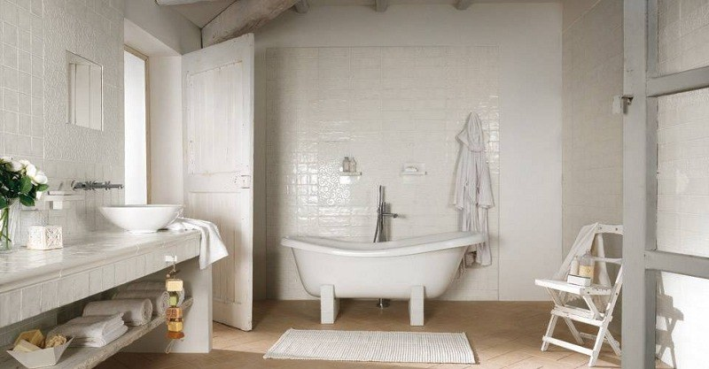 Sehr romantische Badeinrichtung ganz in Weiß