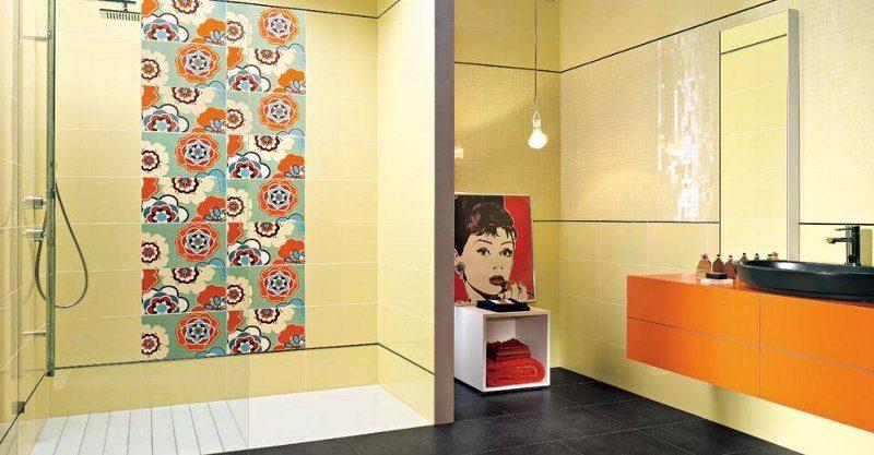 Farbenfrohe Badeinrichtung mit Designerfliesen und großzügiger Glasdusche
