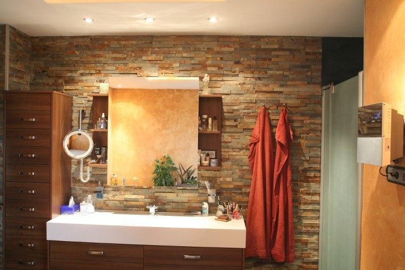 Badideen in rustikaler Optik, mit Wandpaneelen in Ziegelsteinoptik hergestellt