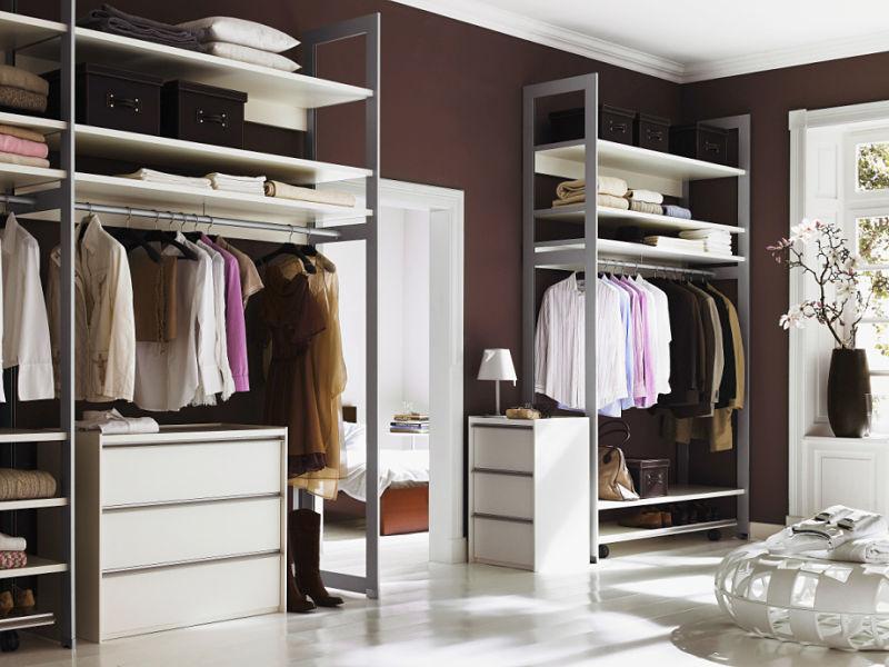Begehbarer Kleiderschrank mit weißen Fachböden