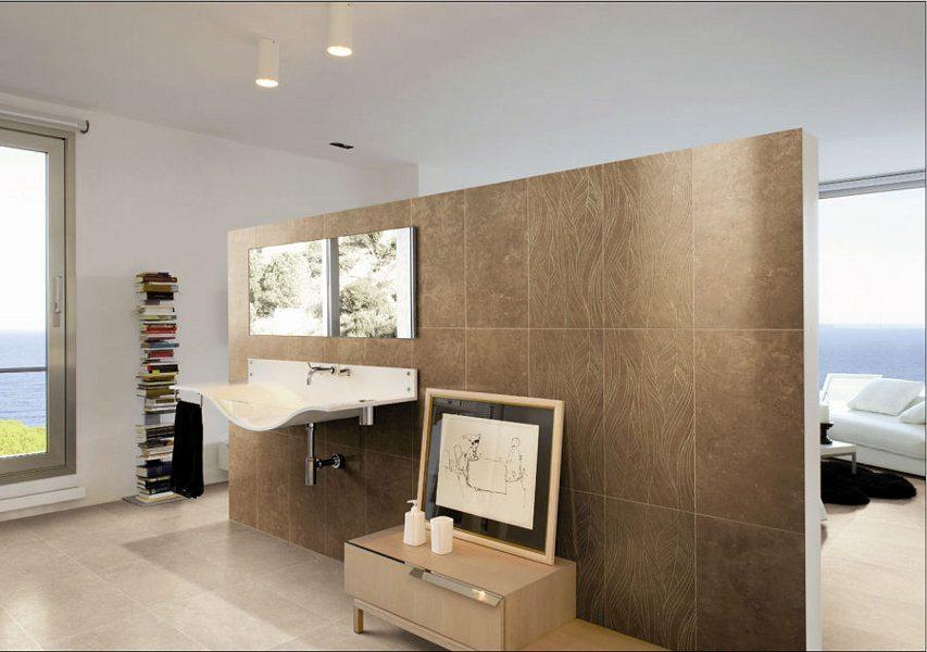 In diesem Designbad wurde der Raumteiler gefliest. Hier liegt der Blickfang auf dem extravaganten Waschbecken.