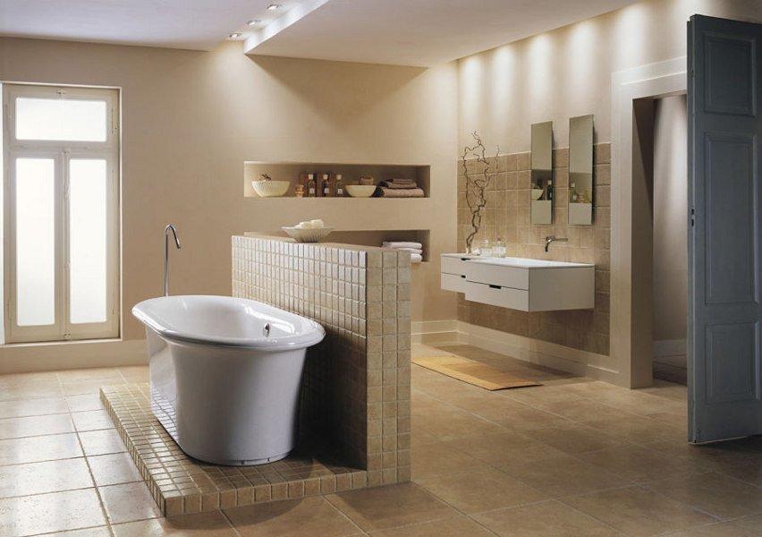 Ein Designbad im klassischen Stil mit freistehender Badewanne