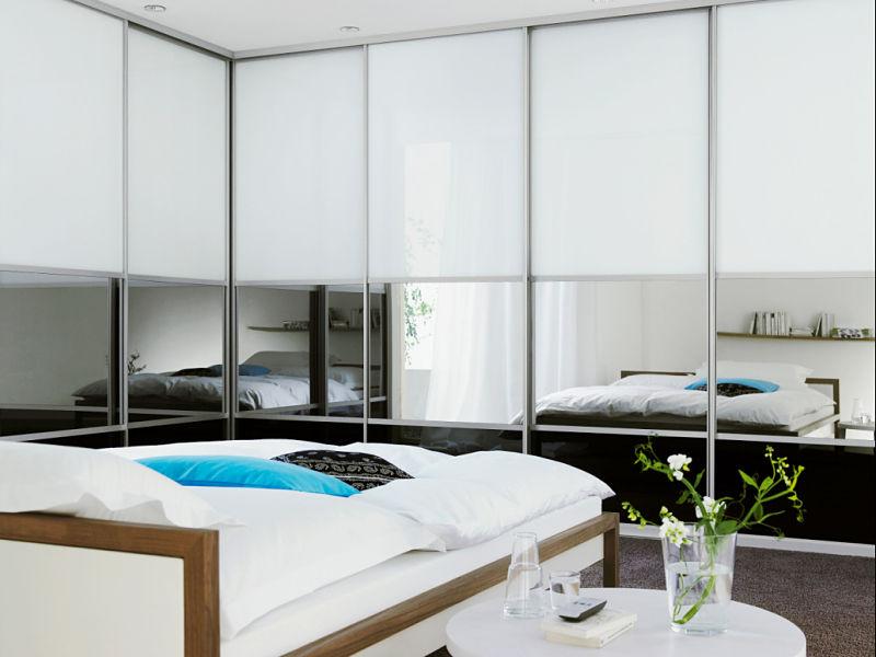 Einbauschrank mit Schiebetüren und eingebautem Flachbildschirm hinter dem Spiegel