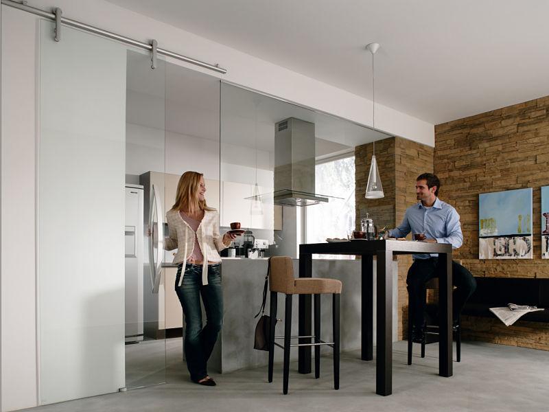 Ein Tipp für offene Küchen: mit einer Glasschiebetür luftig abgeschlossen