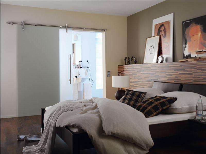 In diesem Beispiel sehen Sie eine elegante Glasschiebetür zwischen Schlafzimmer und Bad