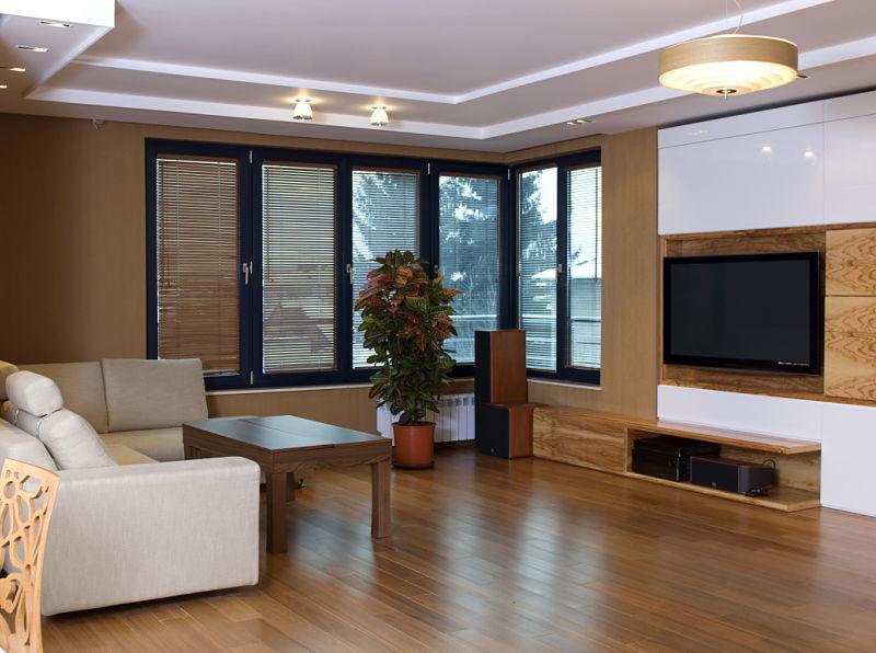 Innenausbau eines Wohnzimmers mit einer Trockenbaukonstruktion für die Aufnahme von Downlights unter der Zimmerdecke