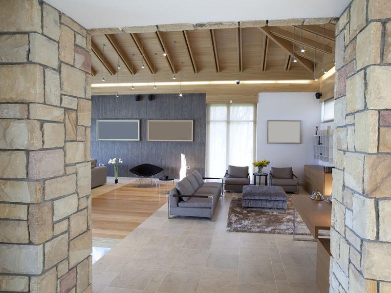 Innenausbau eines Wohnzimmers, teilweise Gestaltung der Wände in Steinoptik
