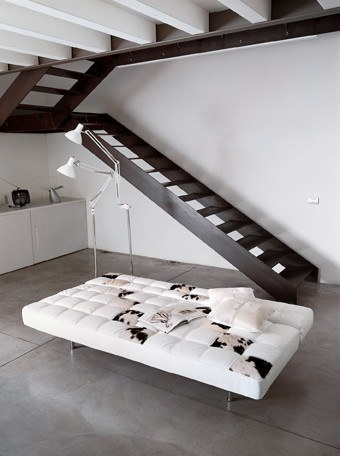Modernes Design Schlafsofa im Materialmix Leder und Kuhfell