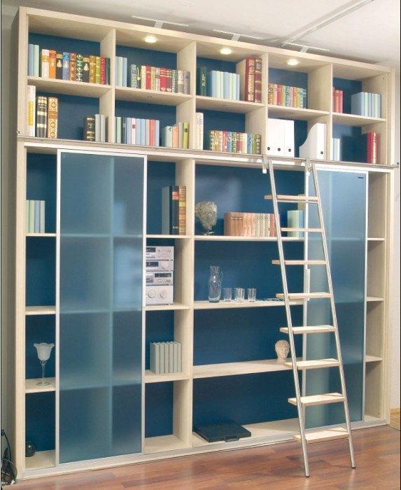 Diese Bücherwand ist mit Schiebetüren ausgestattet