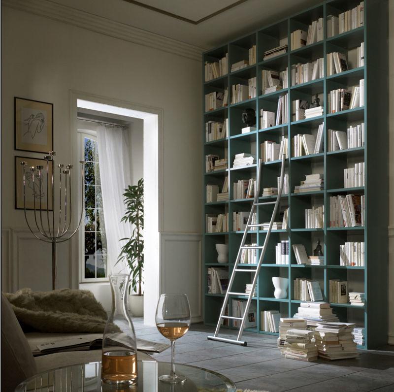 Eine klassische Bücherwand matt lackiert