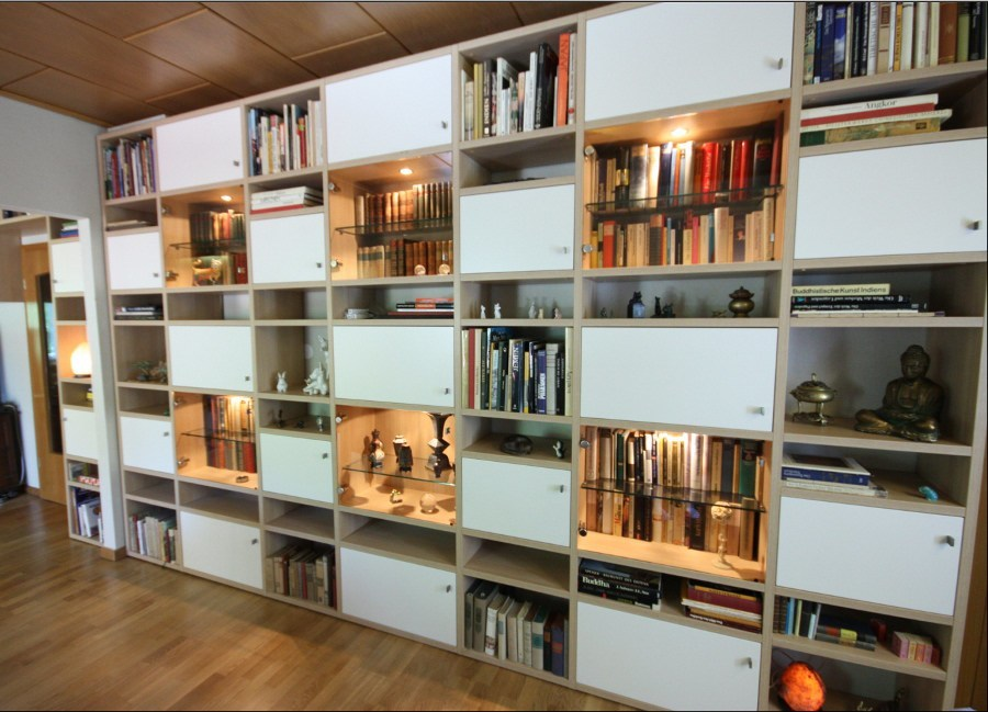 Diese Bücherwand schmückt ein Wohnzimmer und ist millimetergenau gefertigt