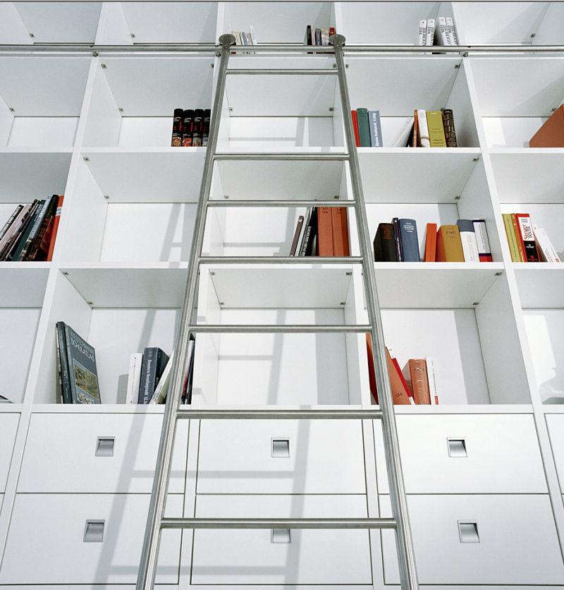 Hier eine moderne Bücherwand mit einer Schiebeleiter