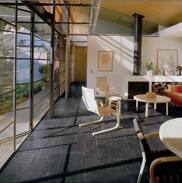 Dachschräge einrichten – große Fensterflächen bringen sehr viel Licht in die Räume.