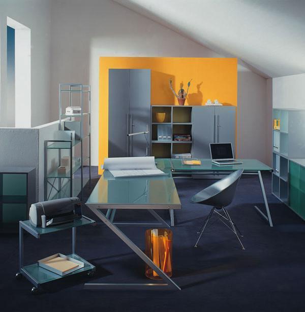 Ein Arbeitszimmer unter der Dachschräge eingerichtet