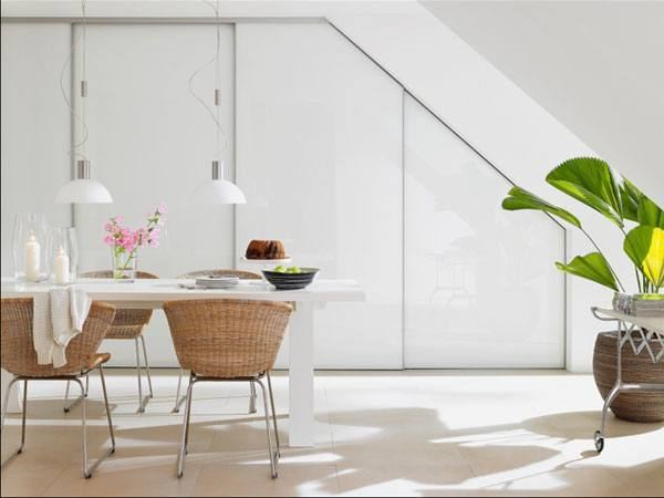 Ein Esszimmer mit praktischen Schiebetüren unter der Dachschräge einrichten.