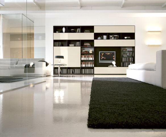 Der moderne Einrichtungsstil ist geprägt von Polstermöbeln aus Leder und hochwertigen Stoffen, kombiniert mit hochglänzenden Schränken und Kommoden.