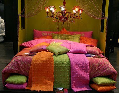Der orientalische Einrichtungsstil steht für warme Farben, Gegenstände aus Eisen, Mosaike und viele Stoffe.