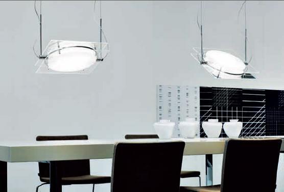 Sehr moderne Hängeleuchten, erinnern an Studioatmosphäre