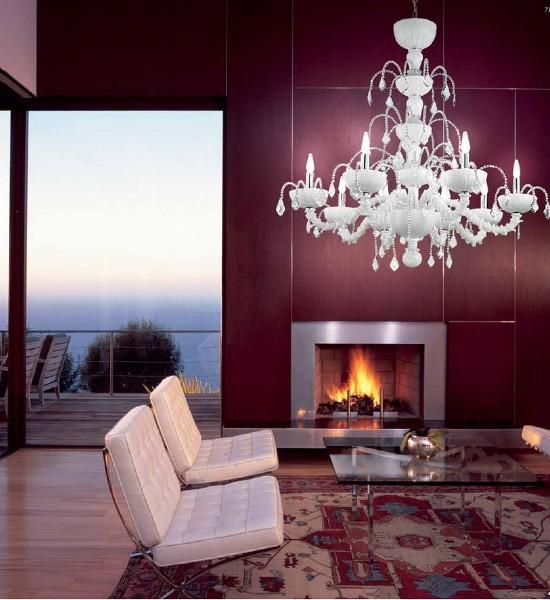 Ein Luxuswohnzimmer mit herrlicher Aussicht und gemütlichem Kamin