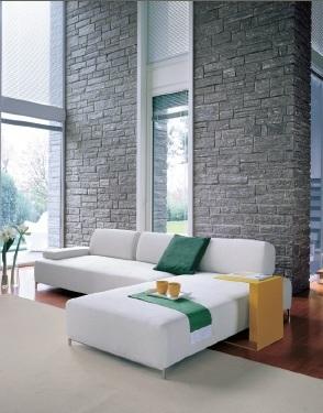 Ein Luxuswohnzimmer sehr lichtdurchflutet durch doppelte Raumhöhe