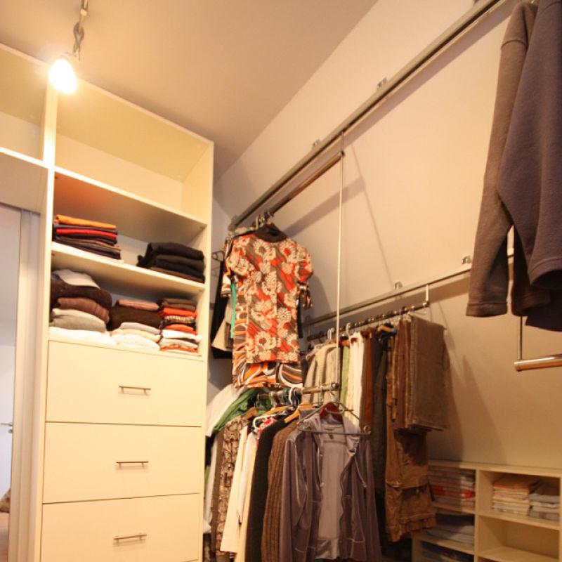 Ein Kleidergleiter im begehbaren Kleiderschrank