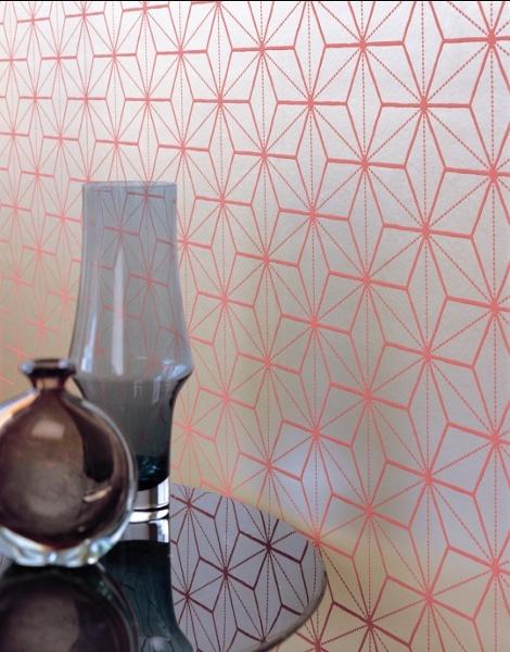 Kreative Wandgestaltung mit Designtapete im graphischen Stil