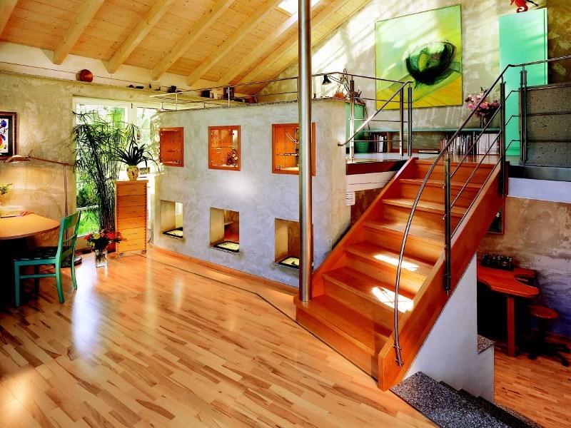 Wandverkleidung in Betonoptik als Raumteiler gestaltet