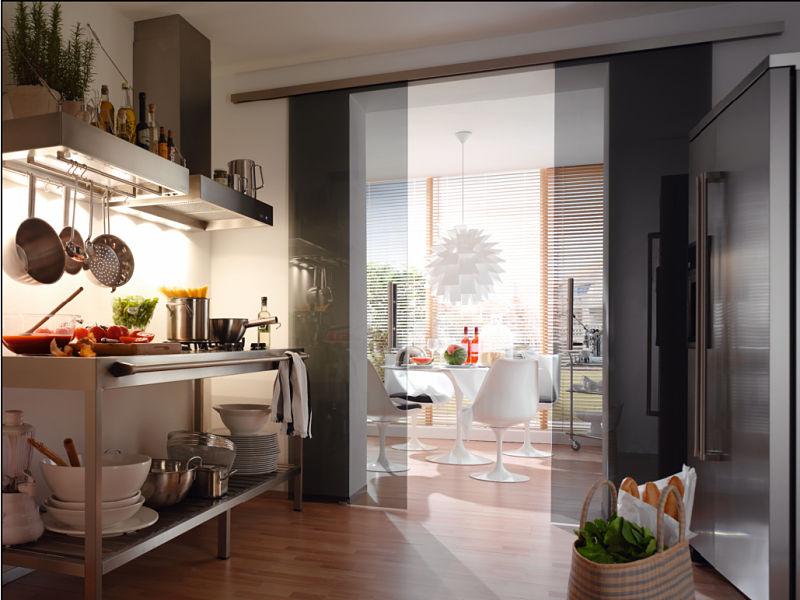 Raumteiler aus Rauchglas zwischen Küche und Wohnzimmer