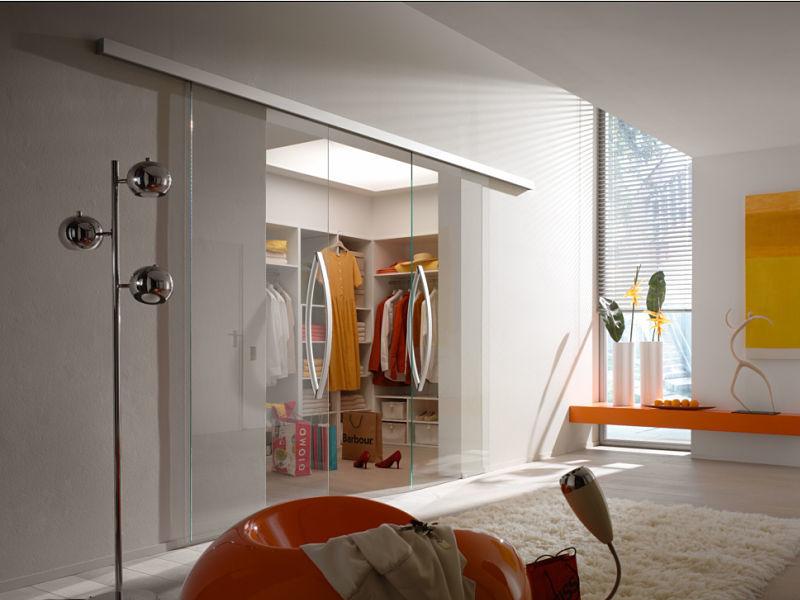 Moderner Raumteiler aus Glas vor einer Ankleide