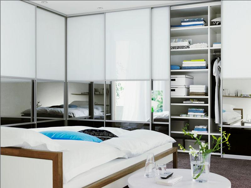 Schiebetüren mit Rahmen als Ecklösung im Schlafzimmer