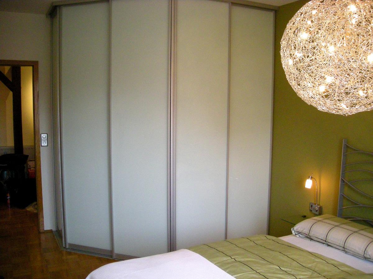 Schlafzimmer-Gestaltung: Diese Schiebetür-Anlage bauten wir mit einer 135° Ecke