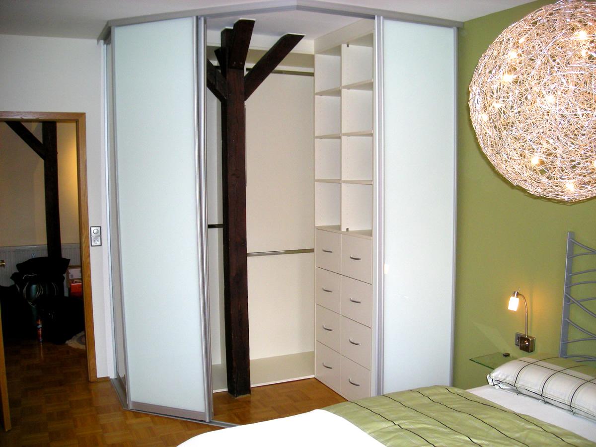 Schlafzimmer-Gestaltung:In dem Schiebetürschrank , den wir als Einbauschrank entwarfen, versteckten wir den störenden Dachbalken .