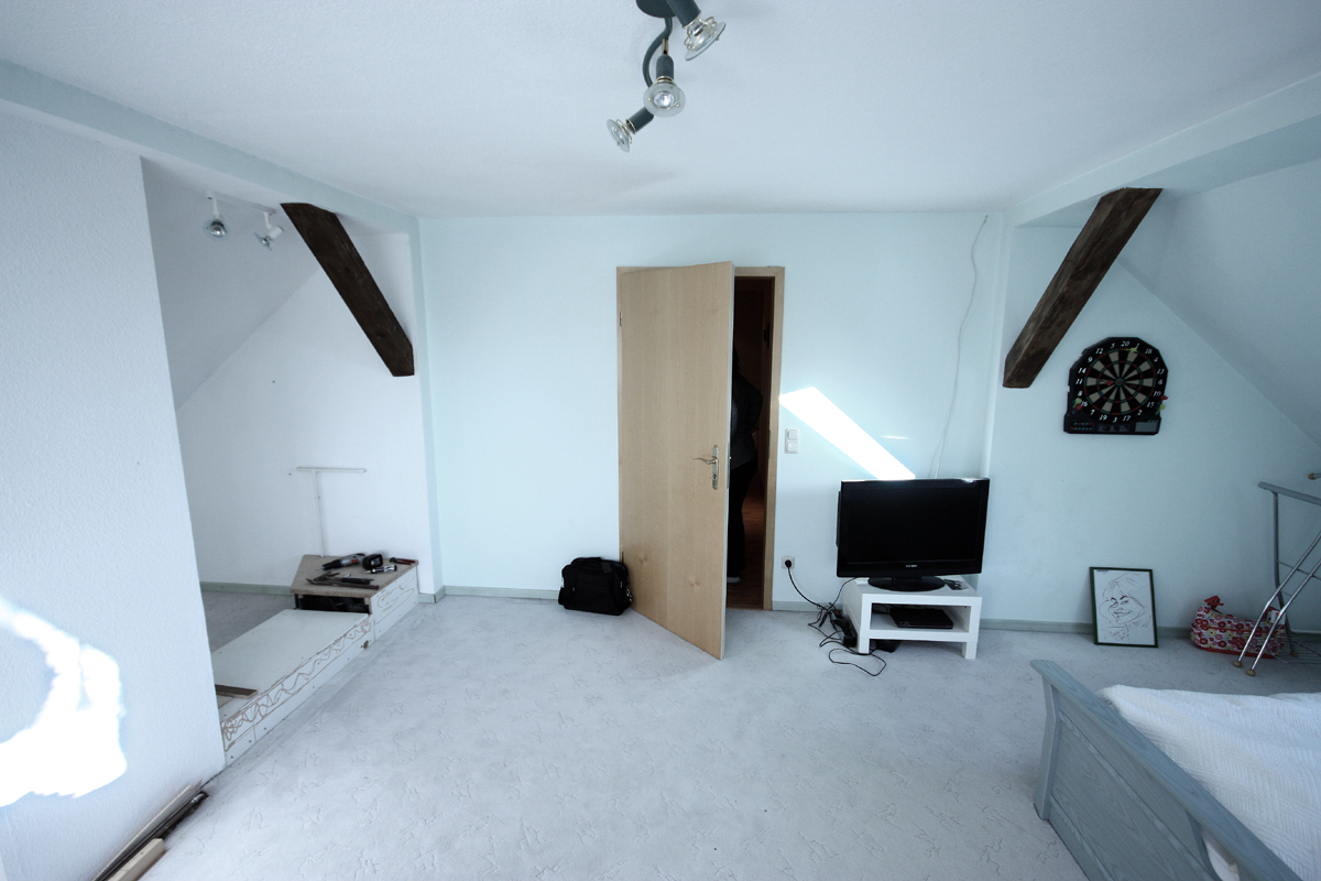 Hier ein Blick zur Zimmertür. Auf der linken Seite wird sich später der Einbauschrank befinden.