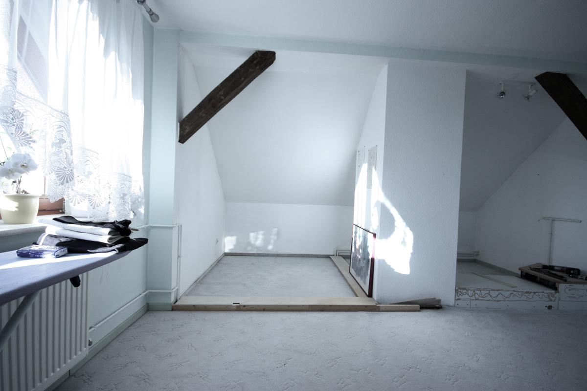 Schlafzimmergestaltung - Die Situation vor dem Umbau - Eine Dachschräge und der störende Schornstein wurden später einfach in den Schrank integriert.