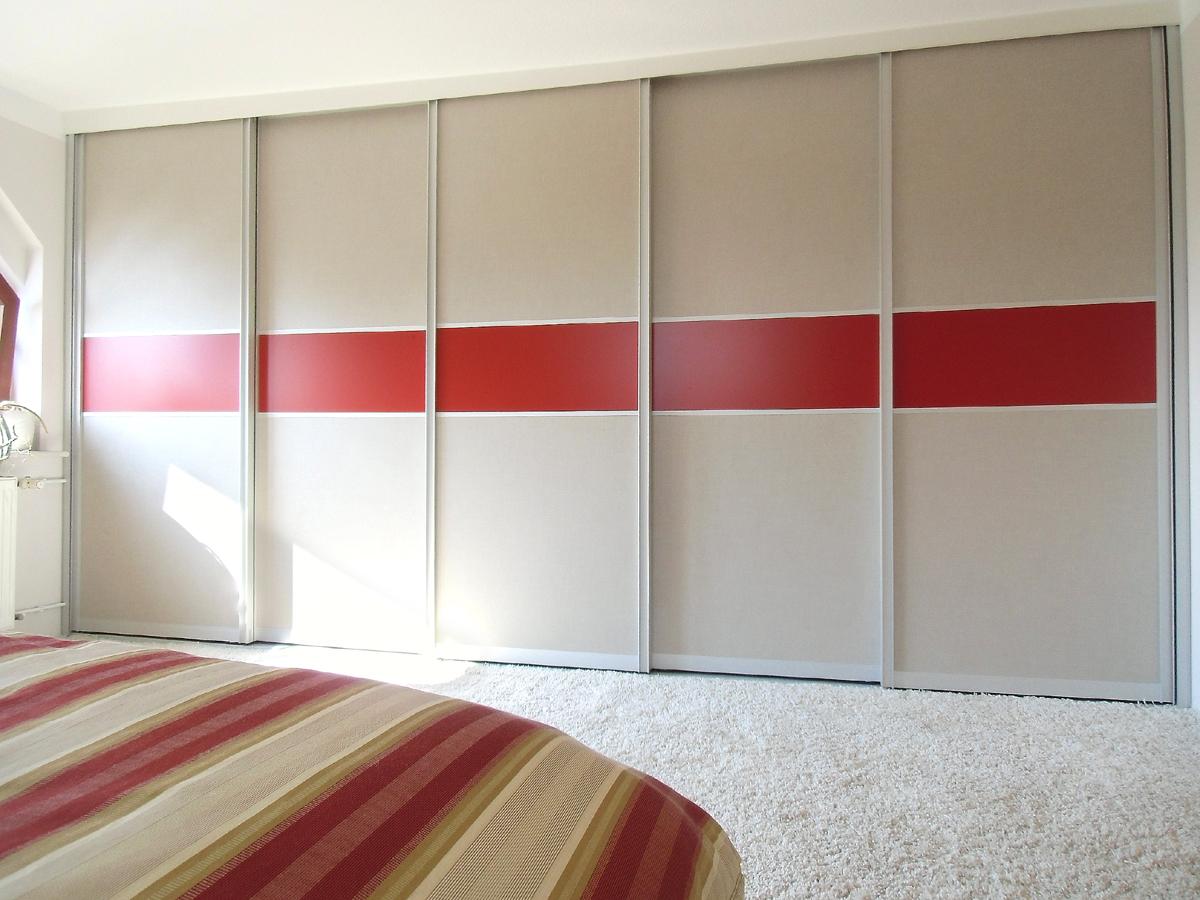 Schlafzimmergestaltung - Vor der Dachschräge und dem störenden Schornstein befindet sich nun ein fast 5 Meter breiter moderner Kleiderschrank .