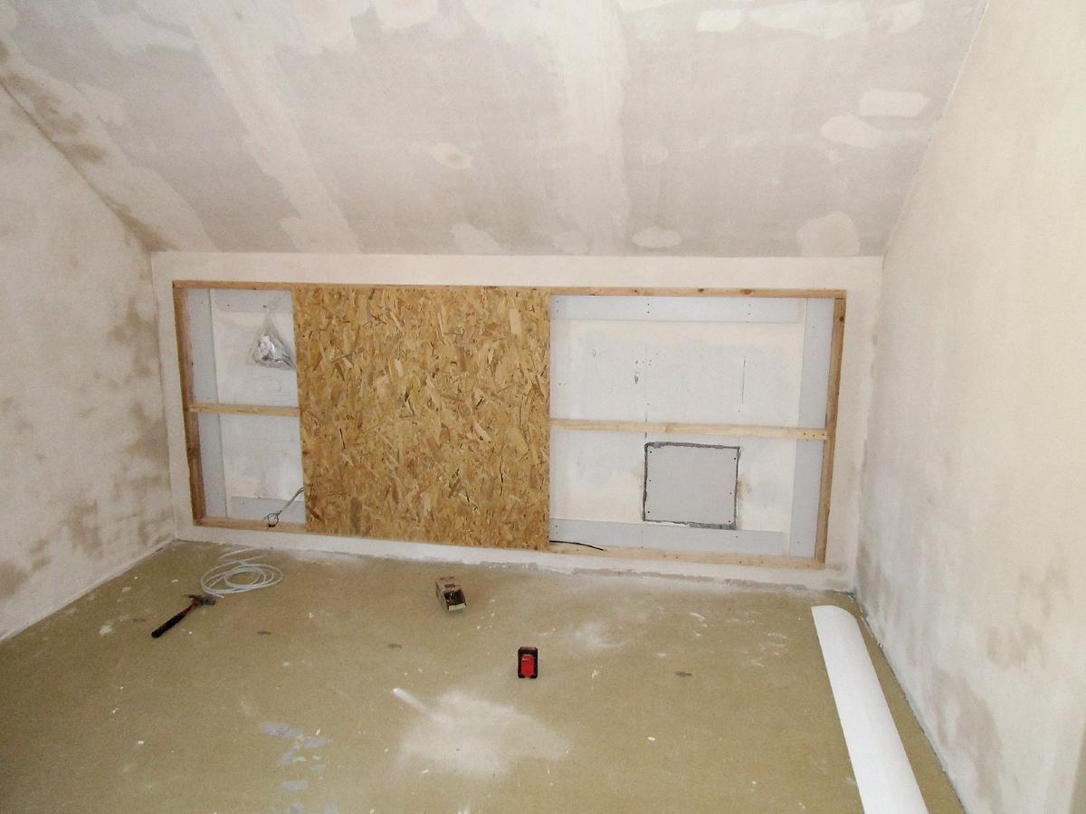 Schlafzimmergestaltung -In den Drempel bauten wir eine Vorsatzschale für die spätere Wandverkleidung. Hier noch der Rohzustand.