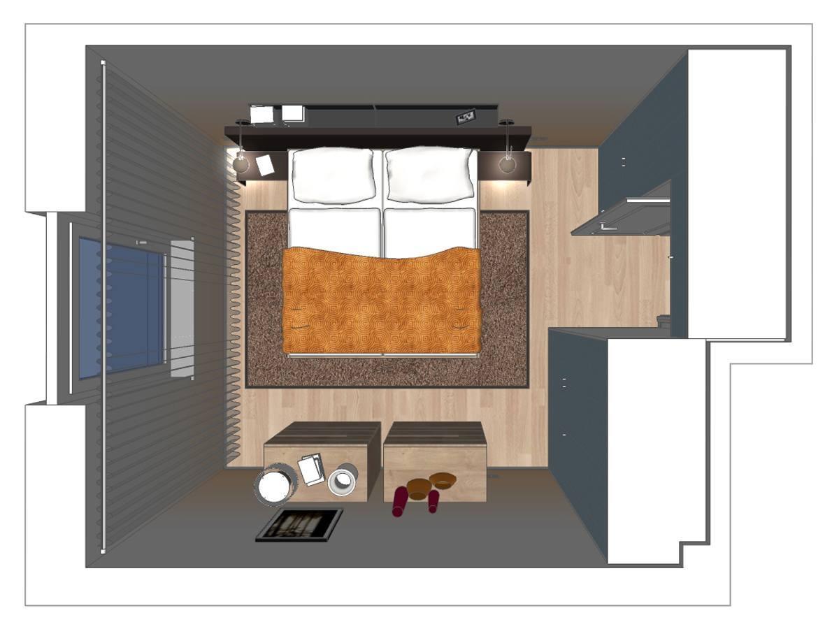 Schlafzimmerplanung einer Eigentumswohnung in Draufsicht. Verplante Objekte Wandboarde, Wandleseleuchten, Polsterbett mit gepolsterten Beistelltische, Teppich, Massivholzhochkommoden mit Schubfächern, Stehleuchte, Einbauschrank nach Maß und Vorhängen.
