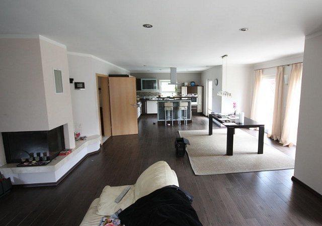 Ein wohnzimmer mit kamin gestalten raumax for Wohnzimmer gunstig gestalten