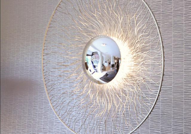 Diese filigrane  Wandleuchte spendet wunderschönes zartes Licht.