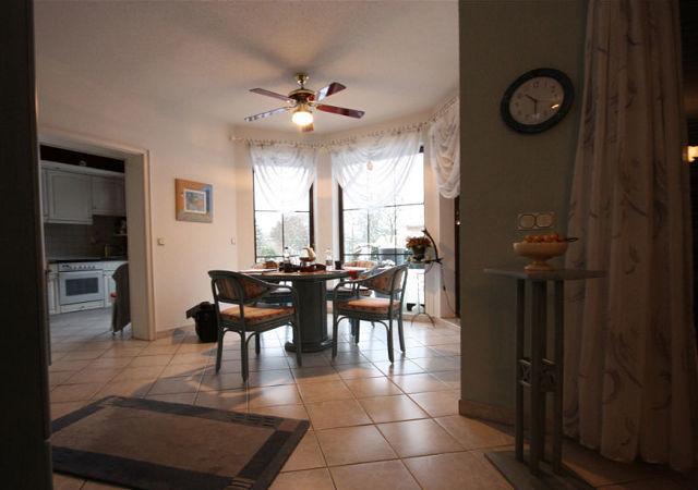 Wohnzimmereinrichtung - Ein runder Tisch mit 4 Stühlen neben der Küche diente als Essplatz. Aber alle Möbel sind allerdings schon in die Jahre gekommen.